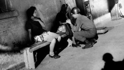 Von zwei Soldaten benutzt und vergewaltigt